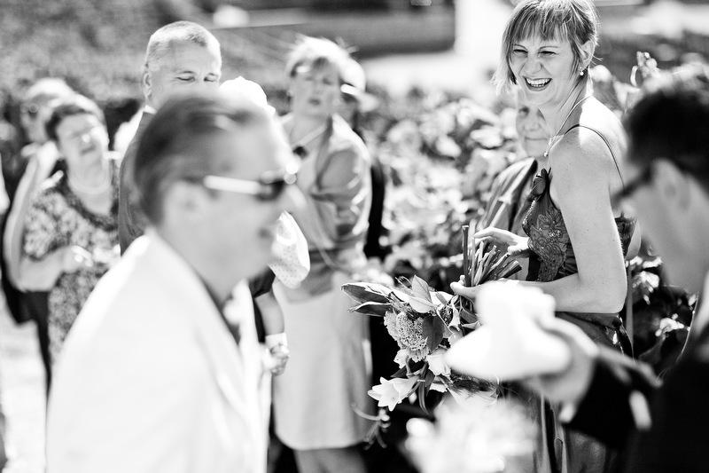 Fröhliche Hochzeitsgäste