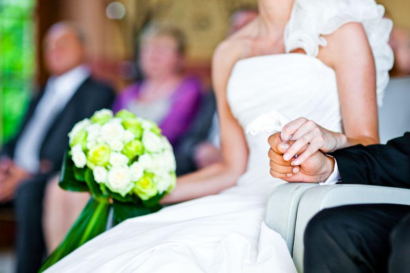 Paar hält Händchen